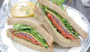 フムスとチーズのサンドイッチ
